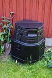 站立在墙壁旁边的天然肥料 免版税库存图片