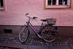 站立在墙壁的老自行车 库存图片