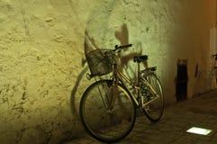 站立在墙壁的自行车 库存图片