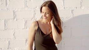 站立在夏天太阳的愉快的轻松的妇女 股票录像