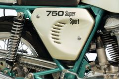 站立在大众集团论坛驱动的杜卡迪750超级体育摩托车在柏林,德国 免版税库存照片