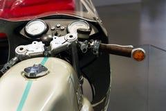 站立在大众集团论坛驱动的杜卡迪750超级体育摩托车在柏林,德国 库存照片