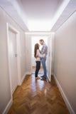 站立在大厅里的逗人喜爱的夫妇 免版税图库摄影