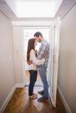 站立在大厅里的逗人喜爱的夫妇 库存照片