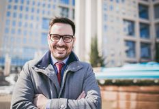 站立在大厦前面的愉快的公司领导CEO上司执行委员 库存照片