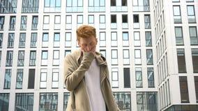 站立在大厦前面的年轻时髦的人录影画象  股票录像