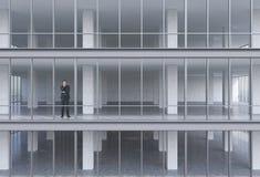 站立在大厦的商人 免版税库存图片