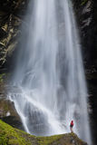 站立在大瀑布附近的年轻人 图库摄影
