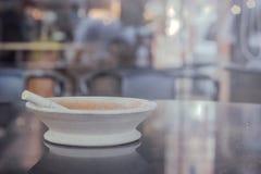 站立在大理石桌上的烟灰缸在餐馆 库存照片