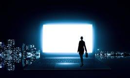 站立在大膝上型计算机的妇女 库存图片