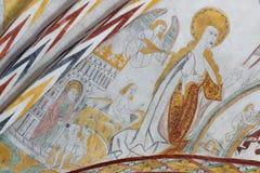 站立在天国,一幅哥特式壁画的圣母玛丽亚 免版税库存图片