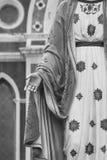 站立在天主教主教管区前面的保佑的圣母玛丽亚雕象的手 免版税库存图片