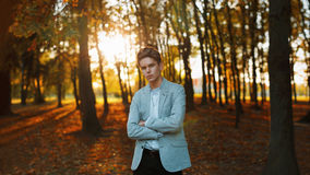 站立在太阳的一件时髦的夹克和衬衣的年轻英俊的人 免版税图库摄影
