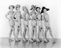 站立在女用贴身内衣裤的一排合唱的妇女(所有人被描述不更长生存,并且庄园不存在 供应商保单 免版税库存图片