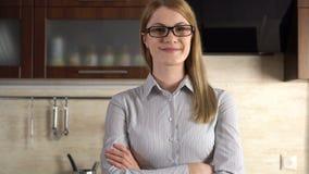 站立在她厨房微笑的美丽的可爱的年轻女实业家 愉快和在家放松 股票录像