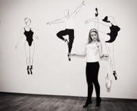 站立在她的在芭蕾姿态的脚趾的年轻舞蹈家与Pointe 免版税库存照片