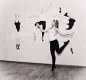 站立在她的在芭蕾姿态的脚趾的年轻舞蹈家与Pointe 免版税图库摄影