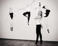 站立在她的在芭蕾姿态的脚趾的年轻舞蹈家与Pointe 库存图片