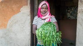 站立在她的房子的门的未认出的埃赛俄比亚的妇女 库存图片