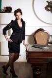 站立在她的桌附近的女商人 免版税库存照片