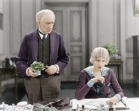 站立在妇女旁边的更老的人在她的书桌(所有人被描述不更长生存,并且庄园不存在 供应商保证 图库摄影