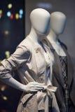 站立在妇女的便衣商店窗口显示的时装模特购物 免版税图库摄影