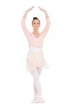 站立在姿势的被集中的华美的芭蕾舞女演员 免版税库存图片