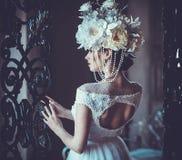 站立在宫殿屋子的年轻美丽的新娘 免版税库存照片