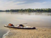 站立在密苏里河340种族的paddleboard 免版税库存照片