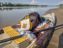 站立在密苏里河340种族的paddleboard 免版税库存图片