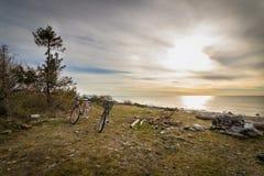 站立在小卵石前面的草的两辆自行车支持, Jomfruland国家公园, Kragero,挪威 免版税图库摄影