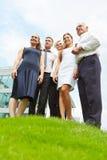 站立在小山的企业队 免版税库存照片