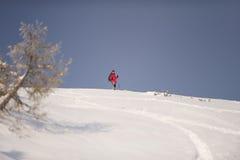 站立在小山顶部的人,准备滑雪 库存图片