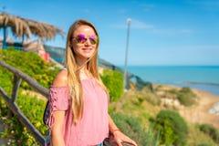 站立在小山顶部的美丽的女孩 免版税图库摄影
