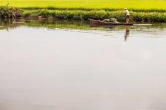 站立在小船的越南渔夫 库存照片