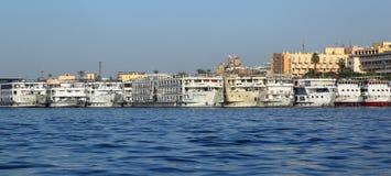 站立在尼罗的口岸的客船 免版税库存图片