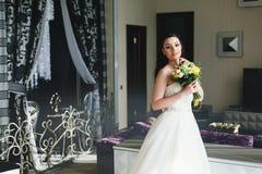 站立在屋子里的新娘 免版税图库摄影