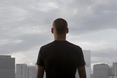 站立在屋顶的人 免版税库存照片