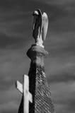 站立在屋顶的天使 免版税库存图片