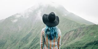 站立在山前面的妇女 免版税库存图片