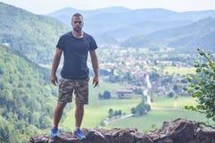 站立在山峭壁的嬉戏人  免版税库存照片