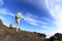 站立在山峰的妇女远足者 免版税图库摄影