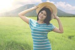 站立在山的亚裔女性游人 免版税图库摄影