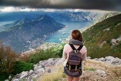 站立在山的妇女旅客 免版税库存图片