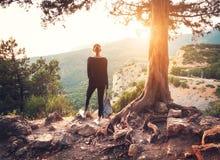 站立在山的少妇在日落 夏天横向 库存图片