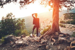 站立在山的少妇在日落 夏天横向 图库摄影