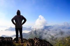 站立在山的少年亚裔男孩 库存照片