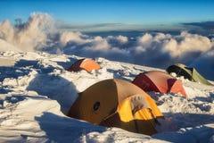 站立在山的帐篷在高度6000m 免版税库存图片