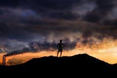 站立在山的男孩 免版税库存照片