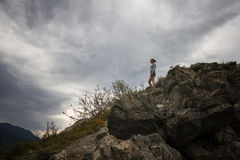 站立在山顶面和冥想天空的美丽的妇女覆盖 库存图片
